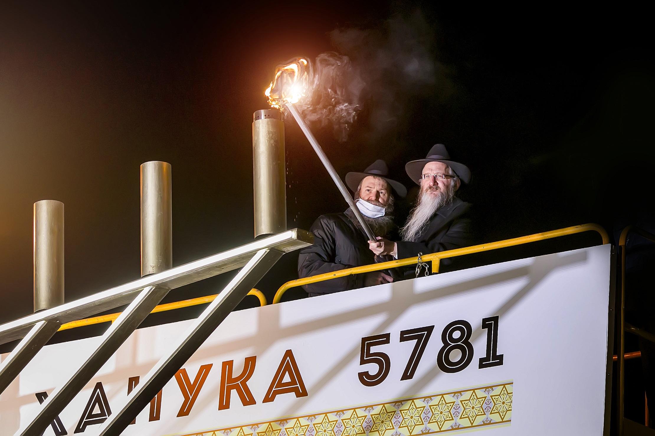 Раввин Берл Лазар зажигает огни Хануки - 5781 (2020) в Москве | Фото