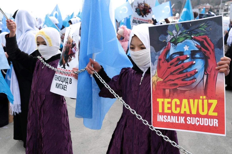 Фото: митинг тысяч людей в Международный женский день