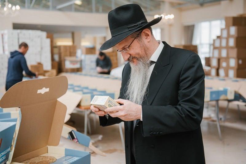 Раввин Лазар распорядился раздать 30 тысяч наборов для Песаха