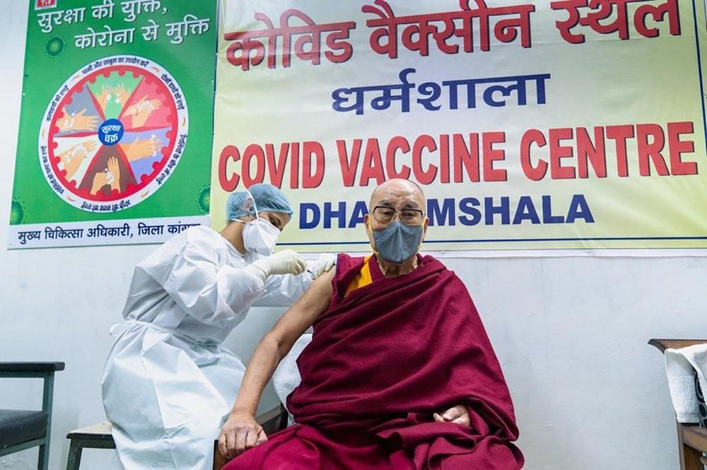 Далай-лама привился от COVID-19 и призвал к этому всех