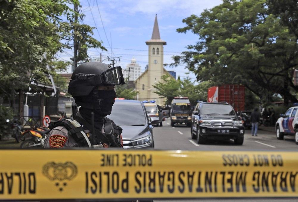 Террорист-смертник взорвался у католического собора в Индонезии