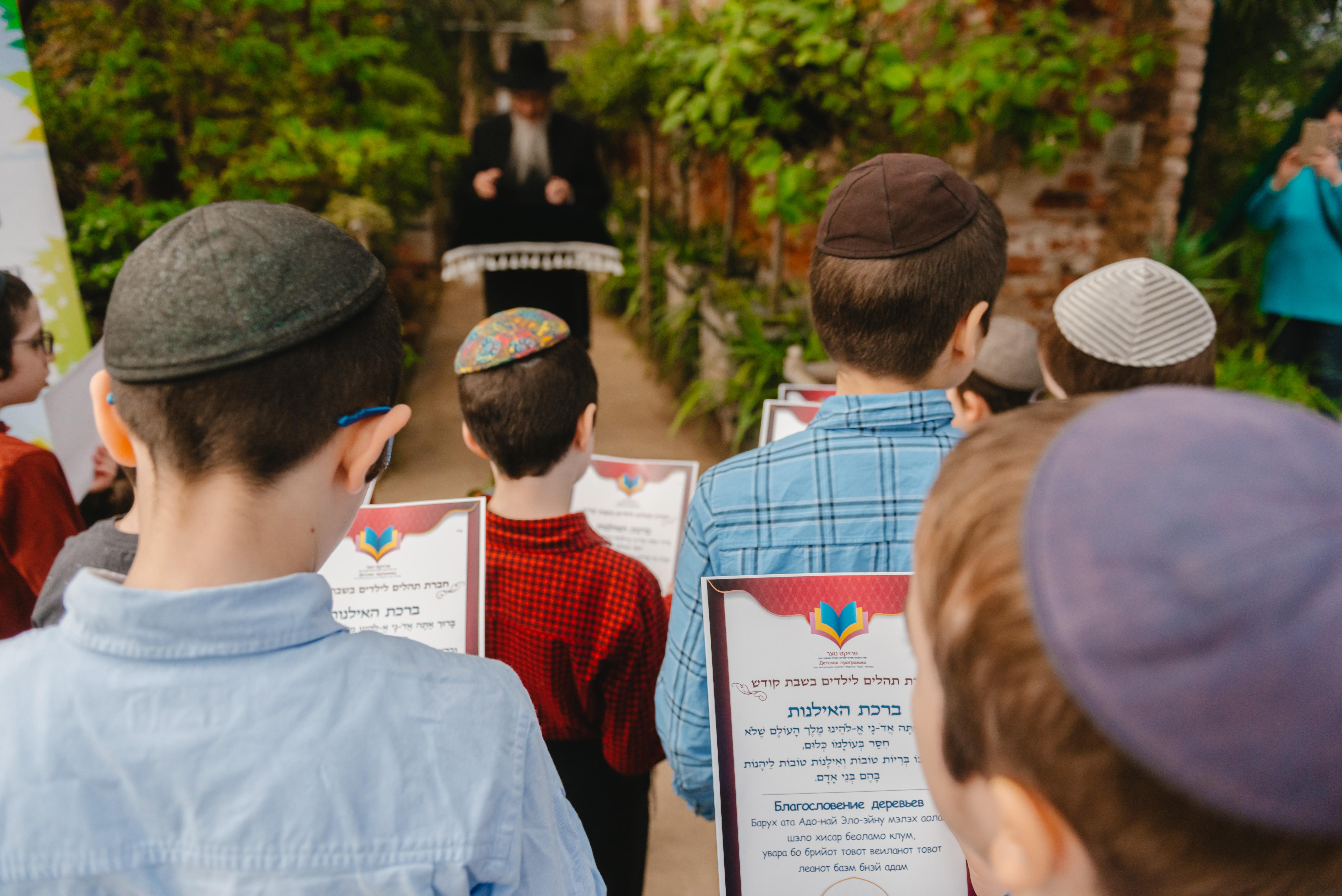 Раввин Лазар провел для детей благословение цветущих деревьев