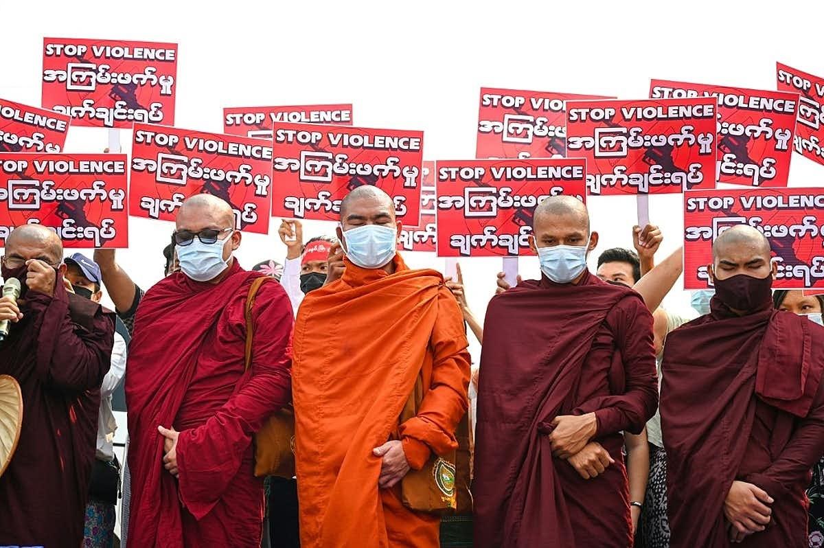 Буддийские монахи разделились из-за событий в Мьянме