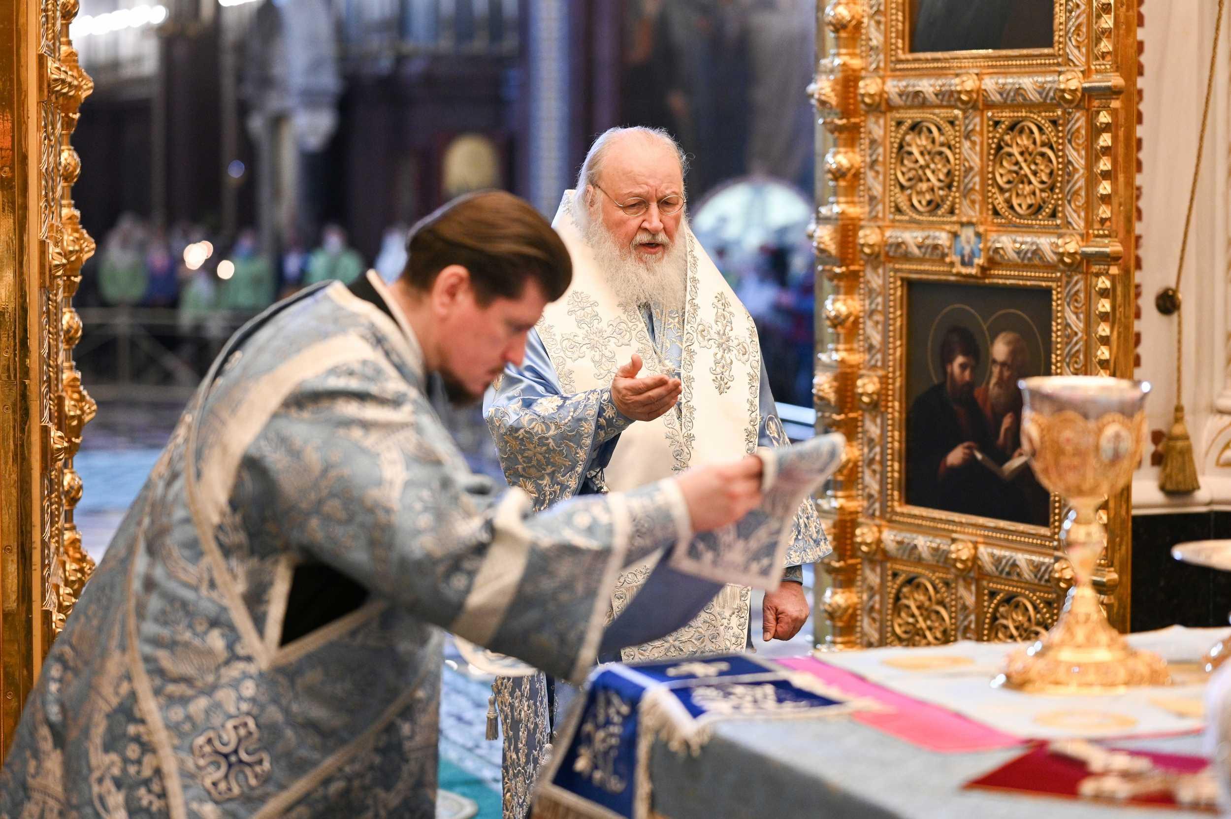 Патриарх Кирилл: святые дары не подвержены инфекции