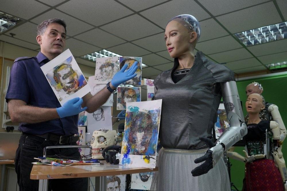 Робот София, гражданка Саудовской Аравии, продает свои картины
