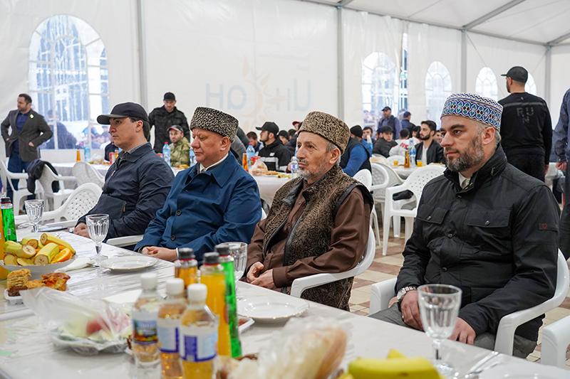 Муфтий Крганов обеспечил коллективный ифтар в Махачкале
