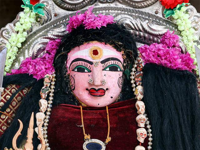 Тысячи индусов вместе молят богинь о защите от Covid-19