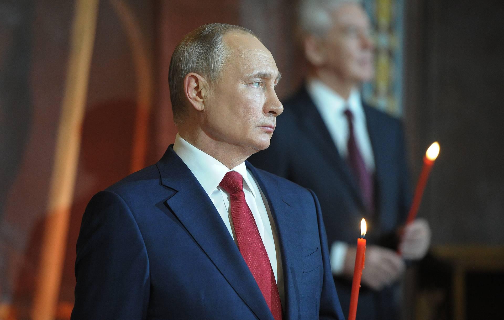 Путин поздравил с Пасхой православных христиан и лично Патриарха