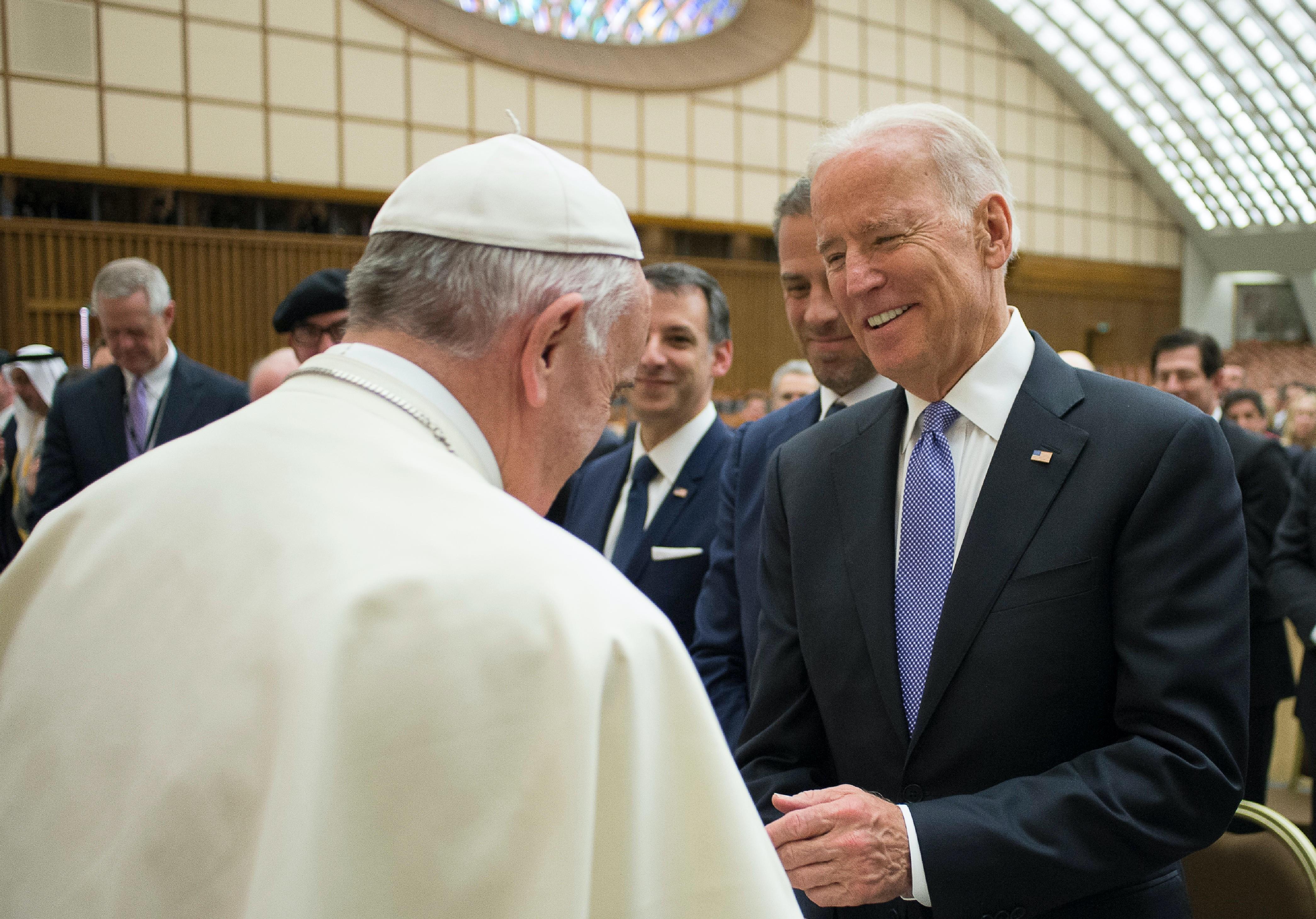 Назревает конфликт епископов США с Ватиканом из-за Байдена