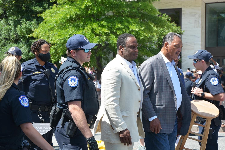 В США на акции протеста арестованы известные проповедники