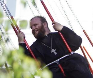 Россияне готовы больше шутить про религию - но не про политику