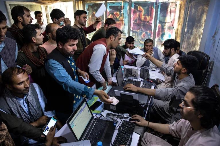 Помощники США пытаются бежать от наступающих талибов*