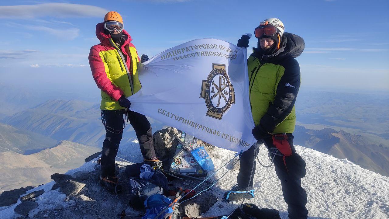 Верующие альпинисты - христиане и мусульмане взошли на Эльбрус