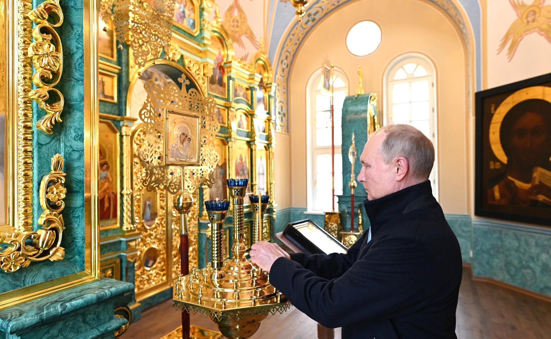 """Путин проверил, как """"Роснефть"""" восстановила Коневский монастырь"""