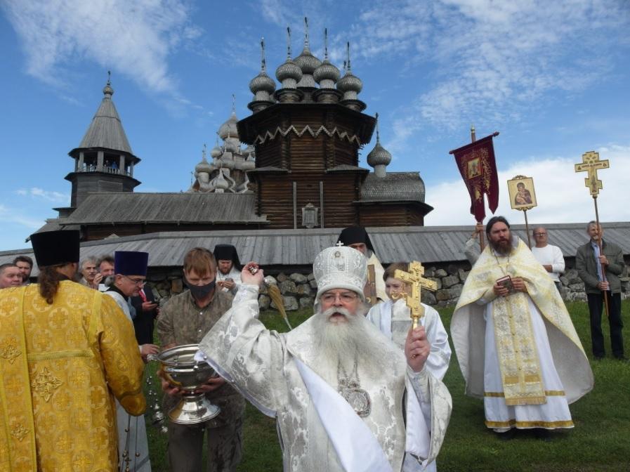 Освятили Преображенскую церковь на острове Кижи в Карелии