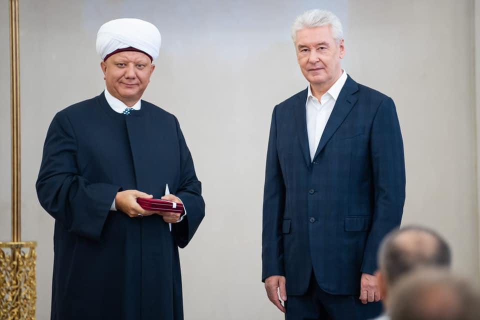 Мэр Москвы вручил муфтию Альбиру Крганову медаль ордена