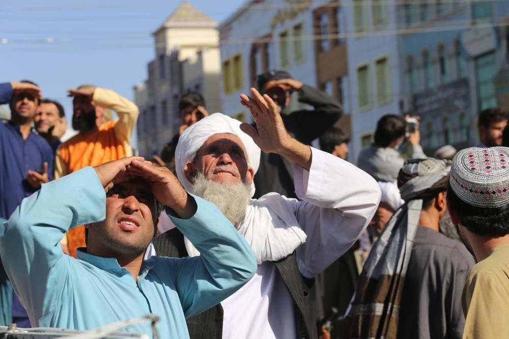 Талибы* публично повесили человека на кране в Герате